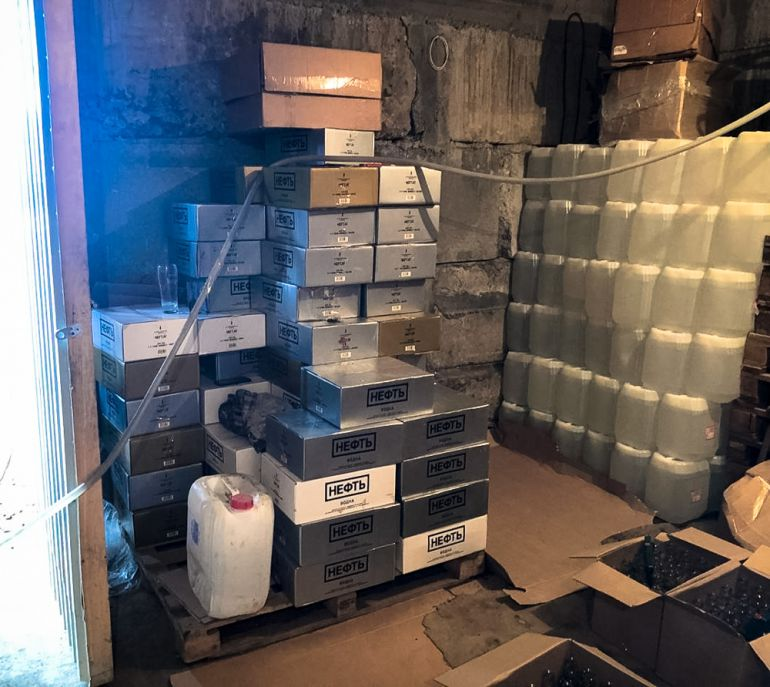 Свердловские силовики пресекли деятельность подпольного цеха по производству контрафактного алкоголя в Белоярке