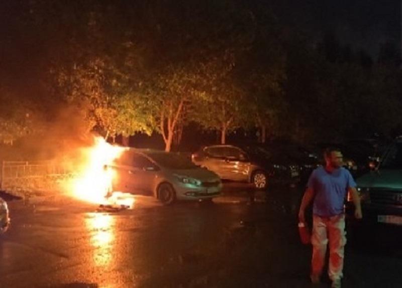В Екатеринбурге на Ботанике сгорела иномарка
