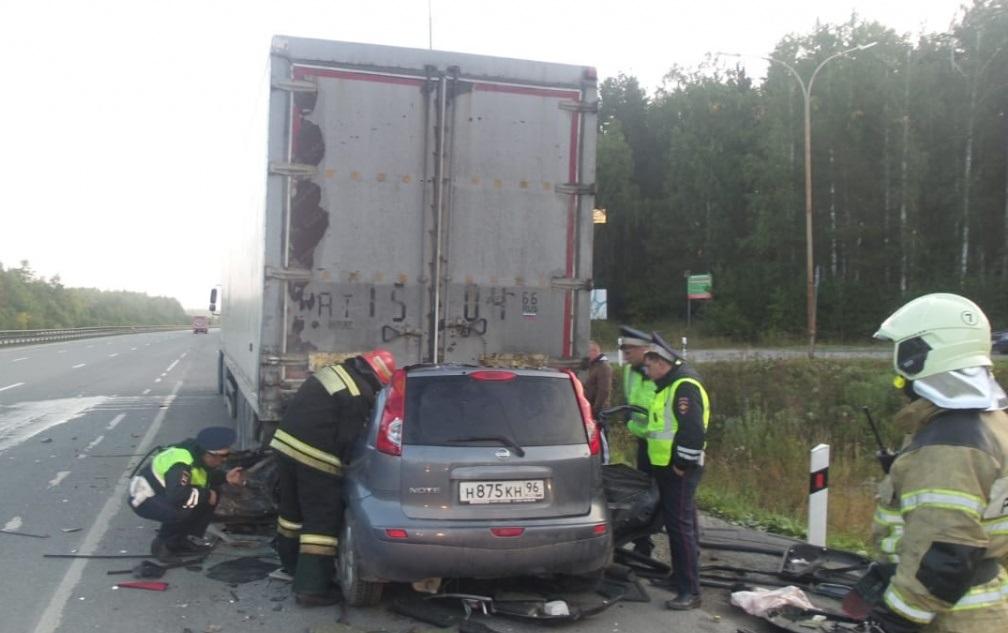 Погиб на месте происшествия: на Серовском тракте водитель легковушки влетел в фуру