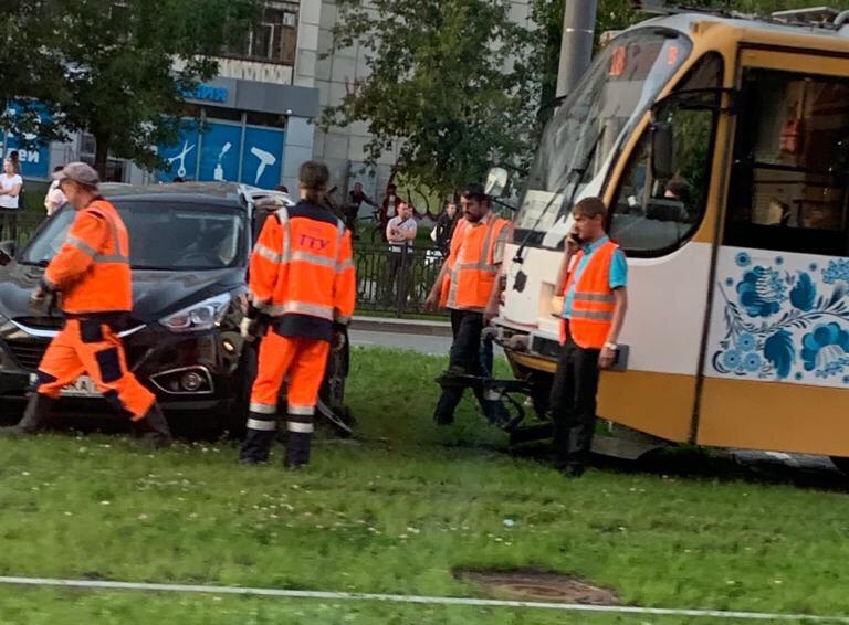 В Екатеринбурге трамвай «протаранил» кроссовер (ФОТО)