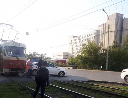 В Екатеринбурге столкнулись трамвай и легковушка