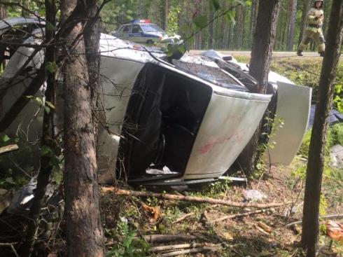 На Урале легковушка перевернулась и влетела в деревья. Среди пострадавших есть ребёнок
