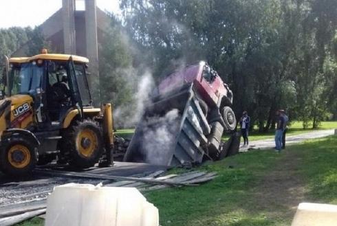 В Екатеринбурге грузовик ушел под землю