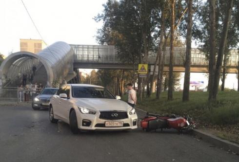 Водитель Infinity сбил мотоцикл в Екатеринбурге. Есть пострадавшие