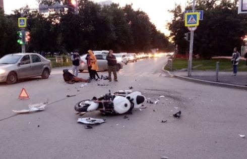 Байкер сильно пострадал: в Екатеринбурге мотоцикл влетел в УАЗ