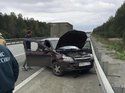 Легковушку с разбитым задом отбросило в отбойник: под Екатеринбургом столкнулись «ГАЗель» и Lada