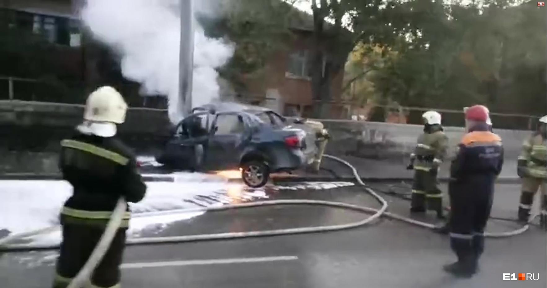 В Екатеринбурге легковушка врезалась в столб и загорелась. Есть пострадавшие