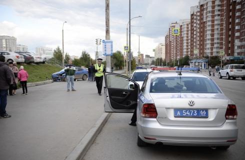 В Екатеринбурге легковушка после ДТП вылетела на тротуар и сбила пешеходов