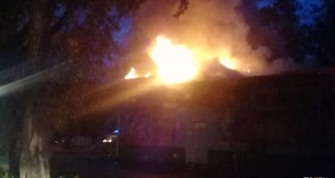 Сгорела крыша: в Кольцово загорелся магазин