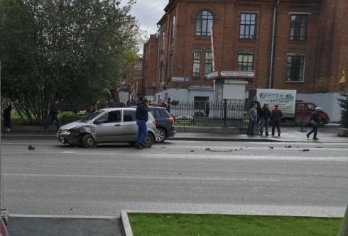 «Звонит куда-то и возмущается»: в центре Екатеринбурга произошло ДТП с участием Audi и Hyundai
