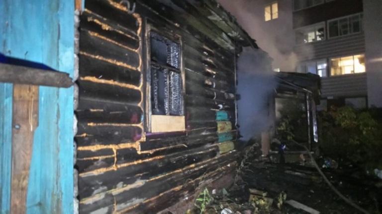 В Екатеринбурге горел расселённый дом, под завалами нашли обугленное тело
