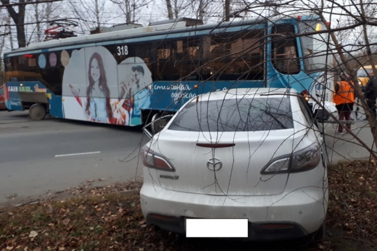 В Нижнем Тагиле трамвай протаранил иномарку