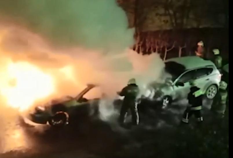 Ночью на Уктусе огонь уничтожил два автомобиля