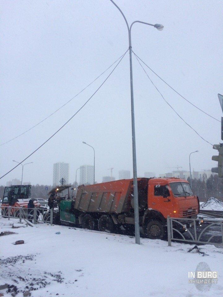 В Екатеринбурге рабочие кладут плитку, несмотря на снег
