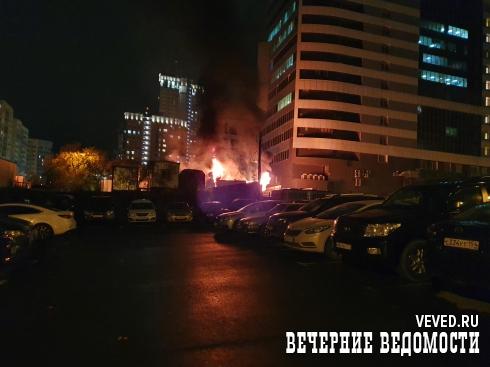 В центре Екатеринбурга рядом с жилыми домами горели строительные вагончики