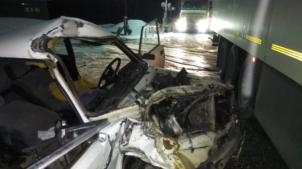 На Тюменском тракте вазовская «пятерка» на полном ходу «влетела» в грузовик. Есть погибшие