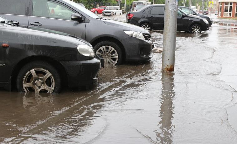 Из-за коммунальной аварии в Екатеринбурге затопило улицу Белинского