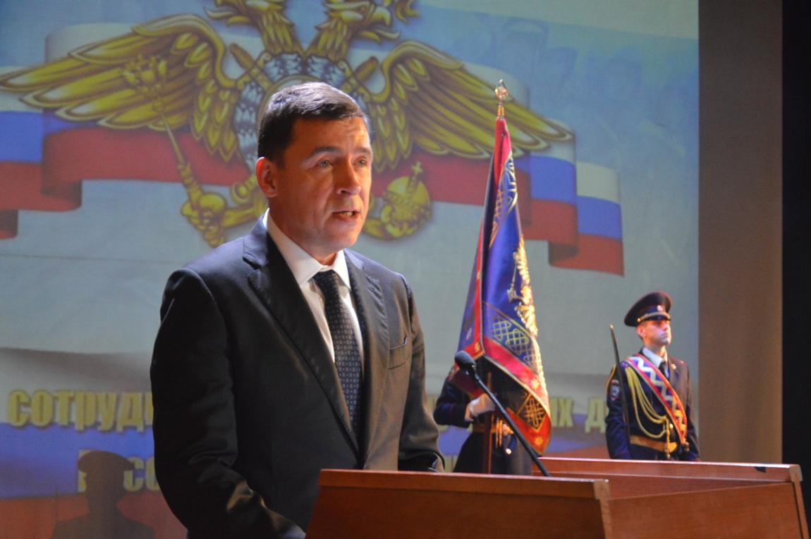 Свердловские полицейские отмечают профессиональный праздник: силовикам вручили награды и офицерские звания