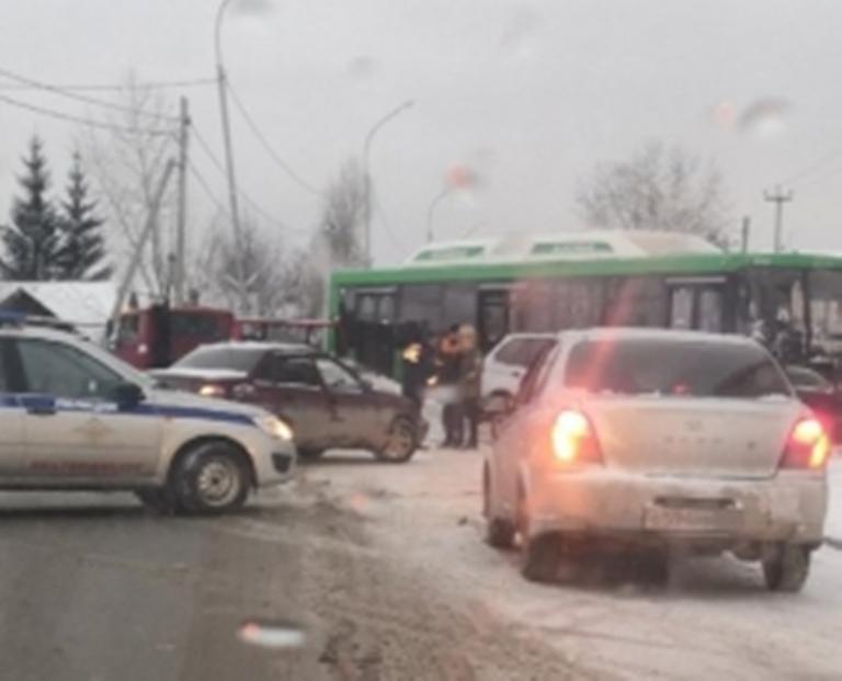 На улице Московской в Екатеринбурге произошло ДТП с двумя иномарками и автобусом