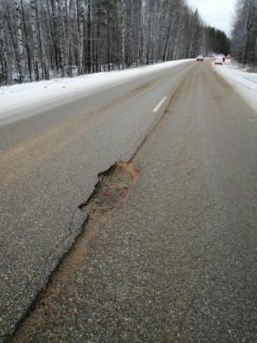 Повредили колеса из-за выбоины: в Свердловской области шестеро водителей потребуют у дорожников компенсации