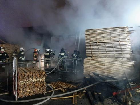 На Урале произошёл крупный пожар в цехе деревообработки и пиломатериалов