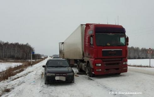На уральской трассе столкнулись два грузовика
