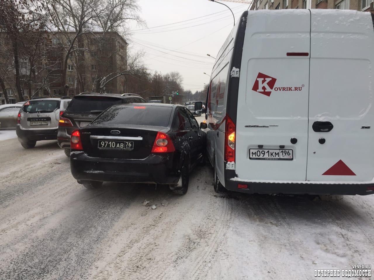 «Армейский» Форд Фокус попал в ДТП в центре Екатеринбурга