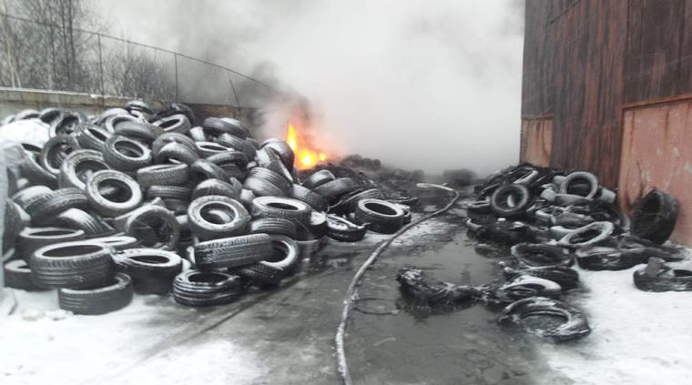 Крупный пожар под Екатеринбургом. Горит склад с покрышками