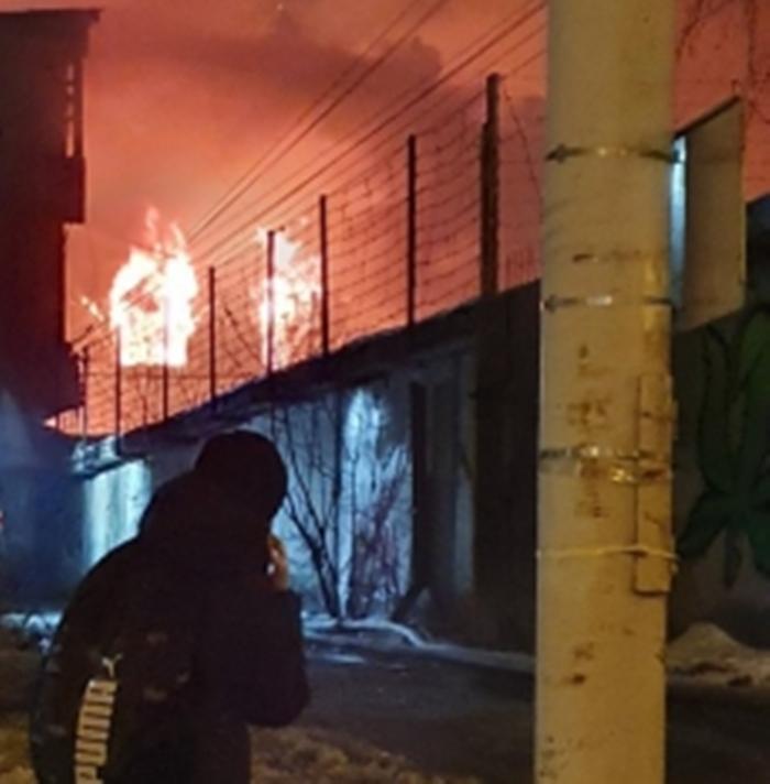 На перекрестке Радищева – Гурзуфская в Екатеринбурге горит трехэтажное здание