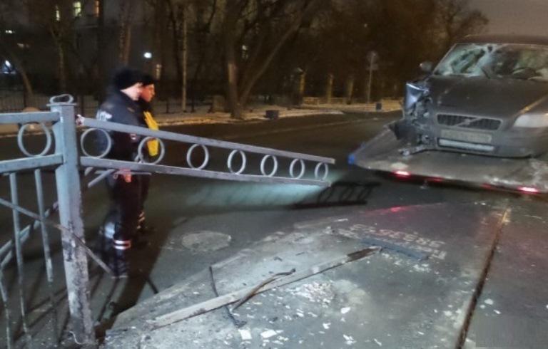 В столице Урала легковушка протаранила ограждение, которое пробило её насквозь