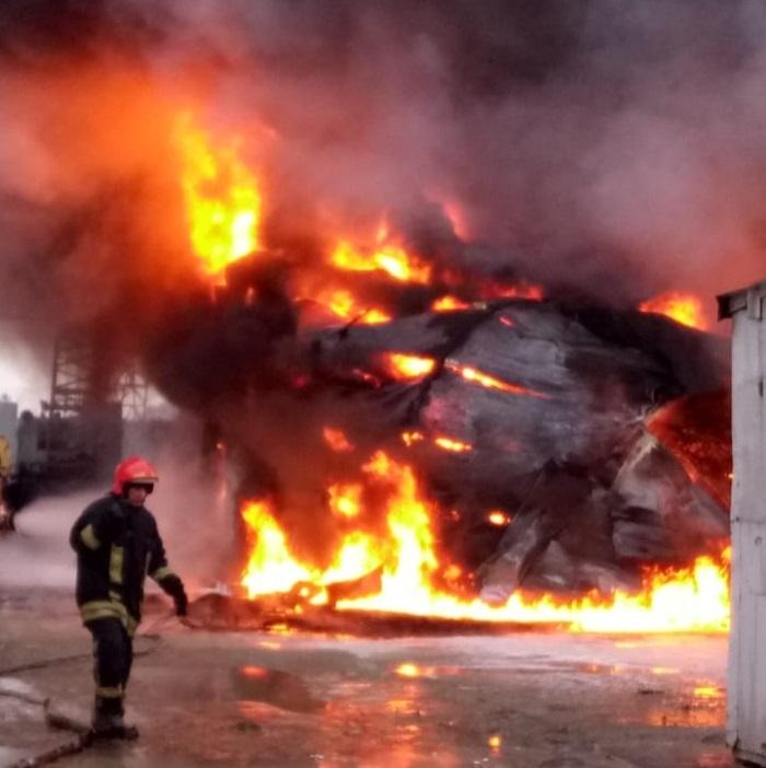 В Екатеринбурге крупный пожар на Уральском лакокрасочном заводе