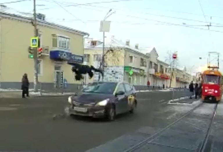 В Екатеринбурге таксист на Hyundai сбил пешехода, перебегающего дорогу на «красный»