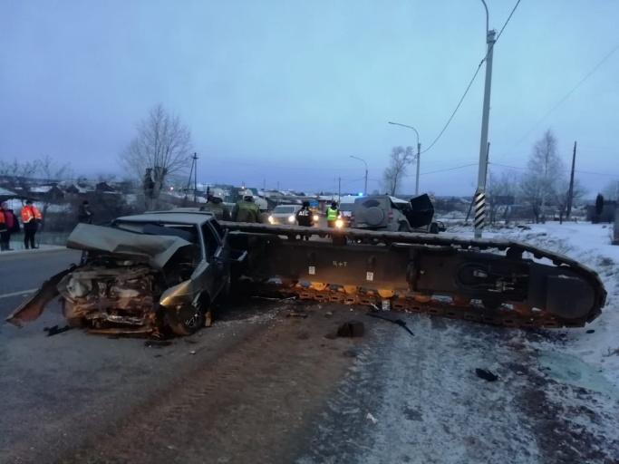 Жуткое ДТП в Свердловской области:16-тонная гусеница от крана раздавила «УАЗ-Патриот» и ВАЗ-2108. Один человек погиб