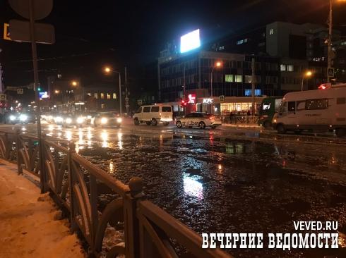 В Екатеринбурге из-за коммунальной аварии перекресток Радищева – 8 Марта залило водой