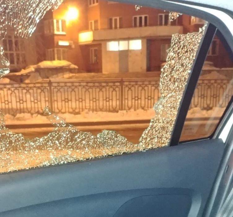 В Екатеринбурге обстреляли автомобиль с людьми внутри