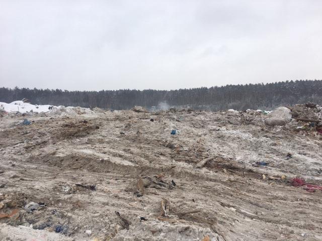 В Екатеринбурге продолжают тушить несанкционированную свалку на Уралмаше