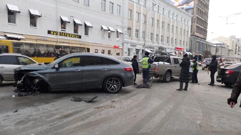 В центре Екатеринбурга произошло массовое ДТП