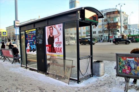 В Екатеринбурге вандалы разбили стекло «умной» остановки