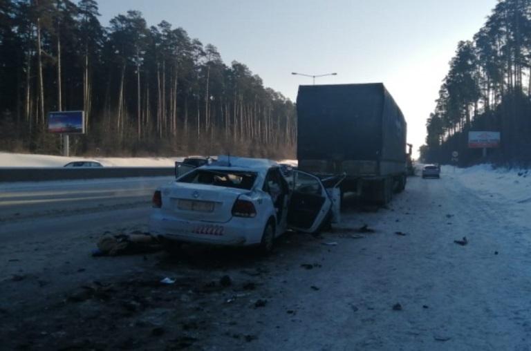 Два человека погибли: в Екатеринбурге такси столкнулось с фурой