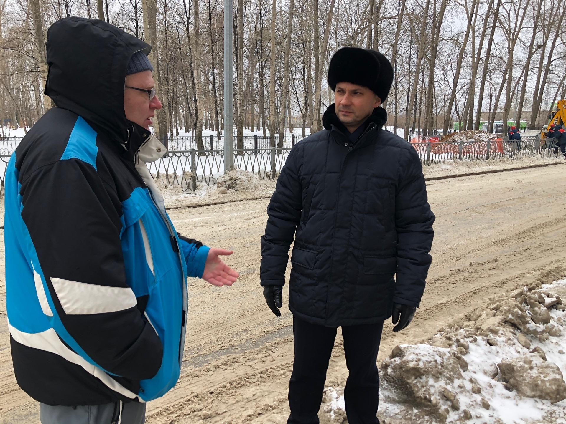 На Эльмаше главе администрации района пришлось лично проконтролировать процесс уборки снега