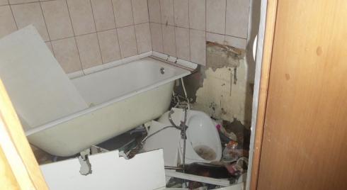 Неадекватный житель столицы Урала ночью разнёс свою квартиру и затопил подъезд кипятком