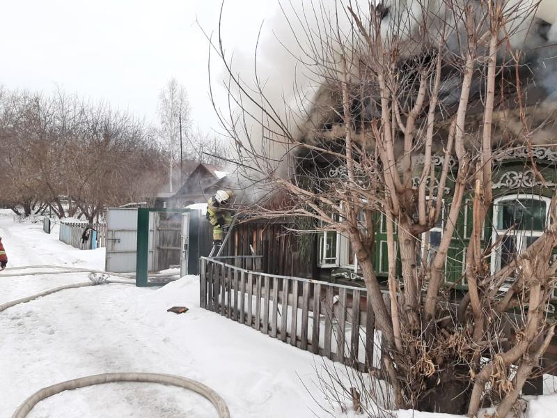 В Екатеринбурге горит частный дом на ВИЗе