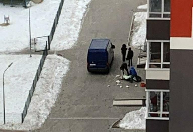 В Екатеринбурге из окна многоэтажки выпала женщина