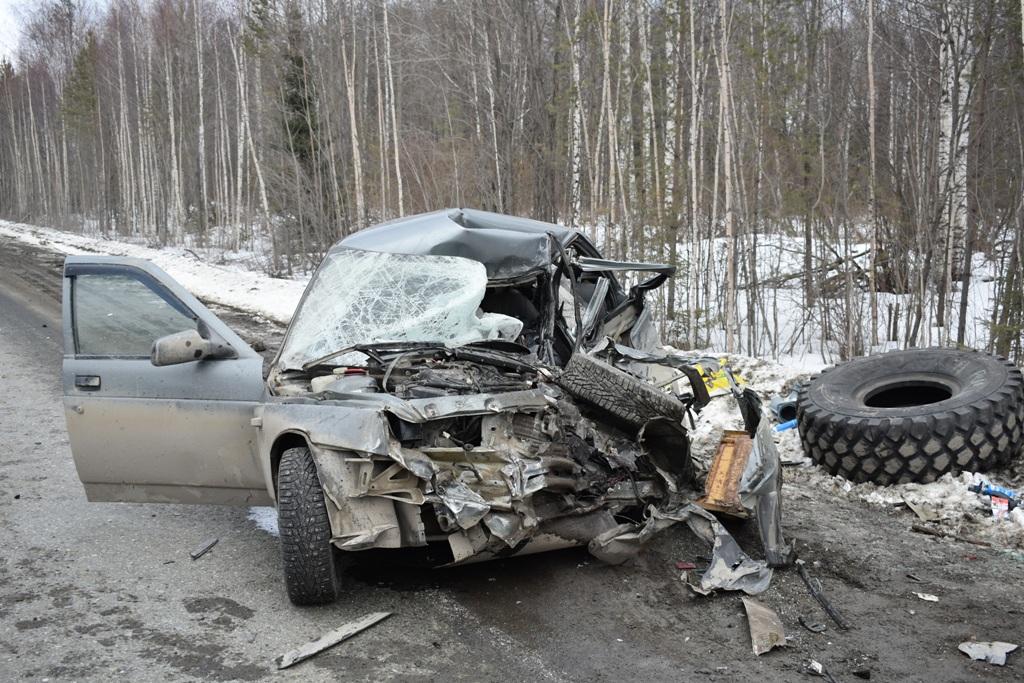 На свердловской трассе легковушка влетела в грузовик. Водитель погиб