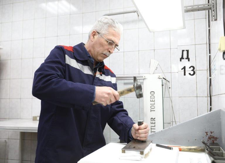 Лучшего плавильщика золота определили в АО «Уралэлектромедь»