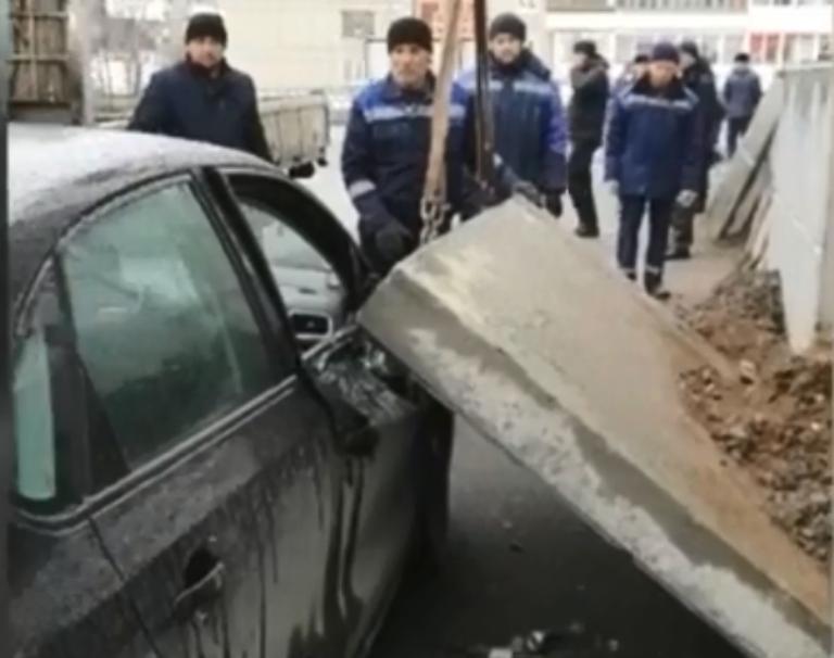 В Краснотурьинске на автомобиль упала бетонная плита