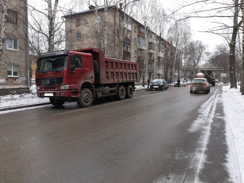 В Екатеринбурге грузовик протаранил легковушку. Двое детей пострадали