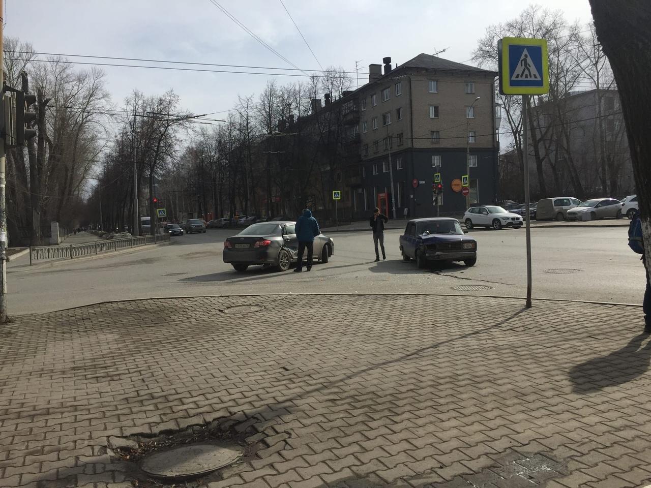 Около института МЧС в Екатеринбурге «семерка» протаранила иномарку