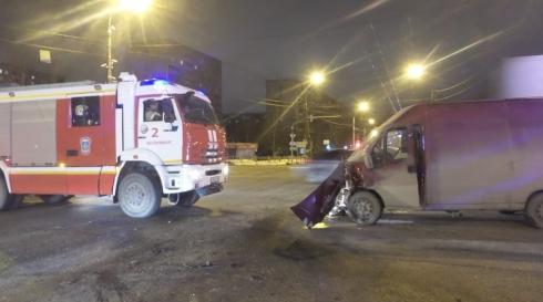 В Екатеринбурге фургон влетел в легковушку: машина перевернулась
