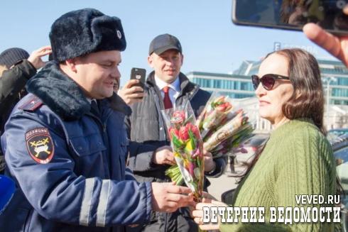 В Екатеринбурге прошла акция ГИБДД, посвященная Международному женскому дню